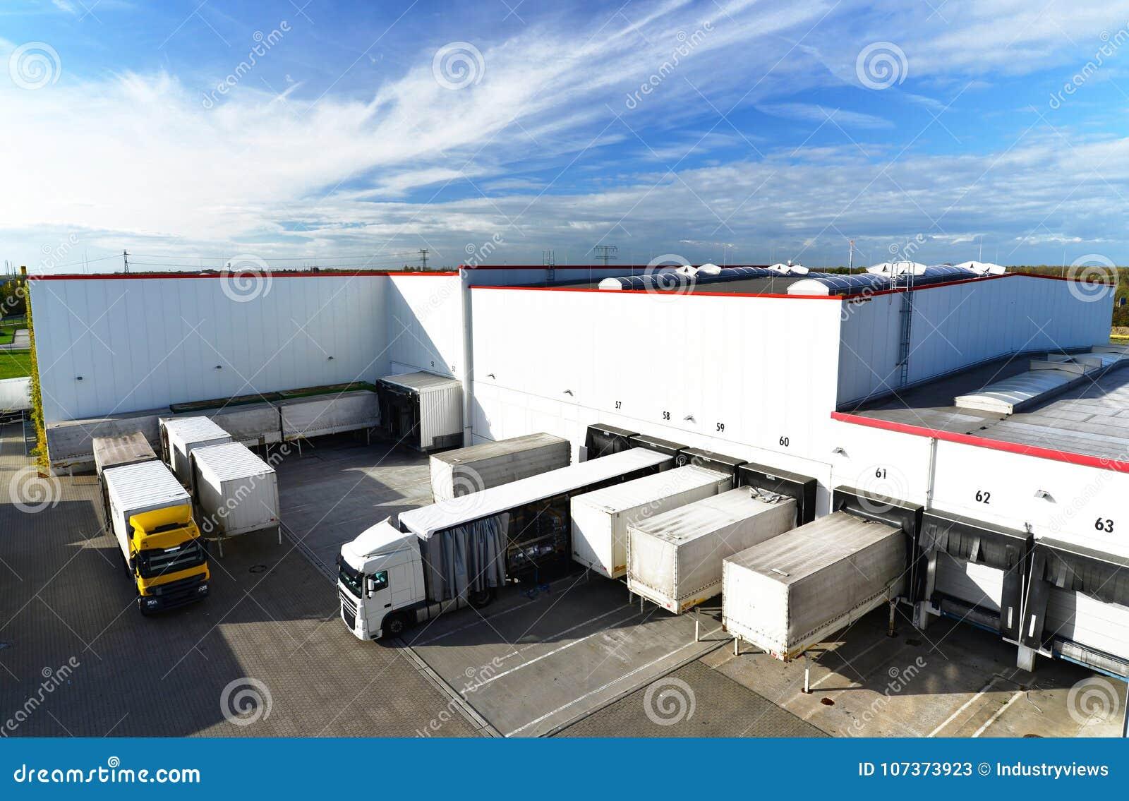 Logística y almacenamiento de las mercancías - cargamento y descarga de las mercancías para