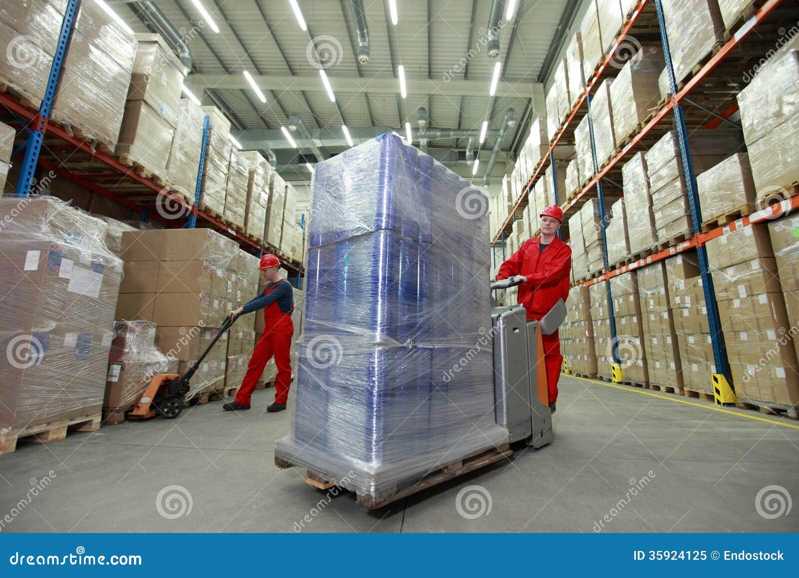 Logístico - trabajadores en almacén