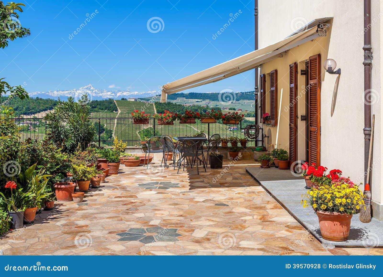 logez la terrasse avec la vue sur des collines en italie photo stock image 39570928. Black Bedroom Furniture Sets. Home Design Ideas