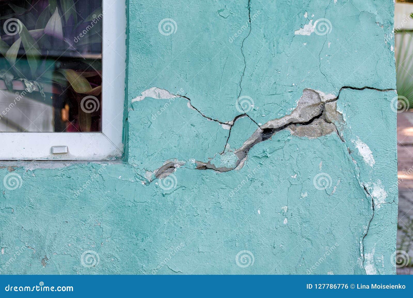 Logez le mur avec une fente, détruisant la maison