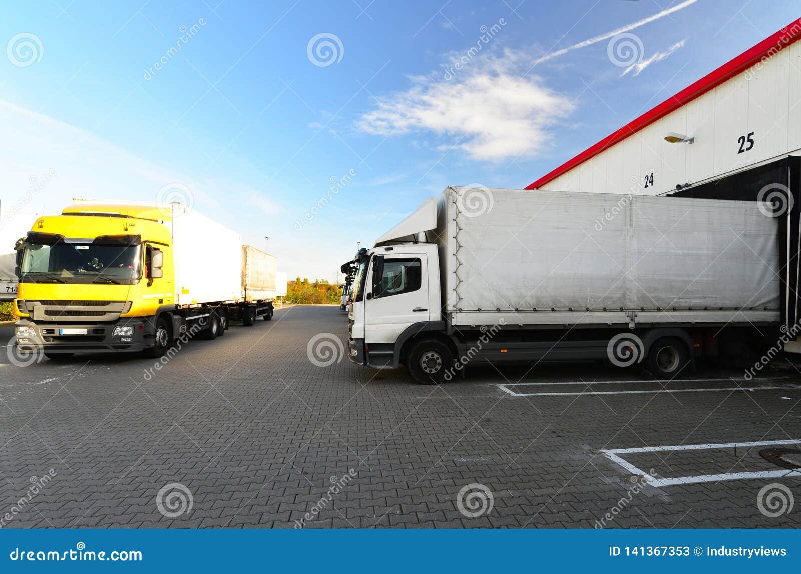 Logistiek en goederenopslag - lading en het leegmaken van goederen voor vervoer per vrachtwagen