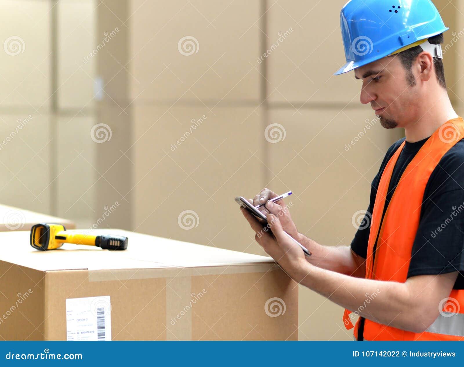 Logistikarbetare - mannen avläser jordlotter av gods och förbereder Det