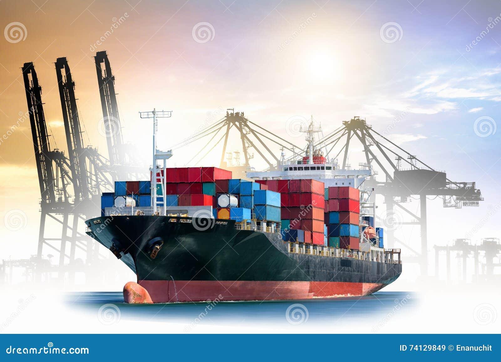 Logistiker och trans. av det internationella behållarelastfartyget med portar sträcker på halsen bron i hamnen för logistisk impo