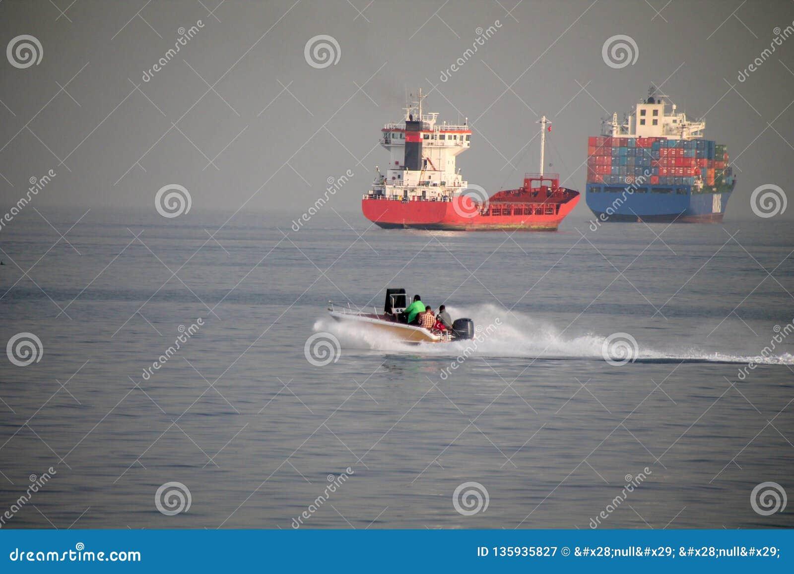 Logistyka importa eksporta tło zbiornika ładunku statek w porcie morskim na niebieskim niebie, frachtowy transport