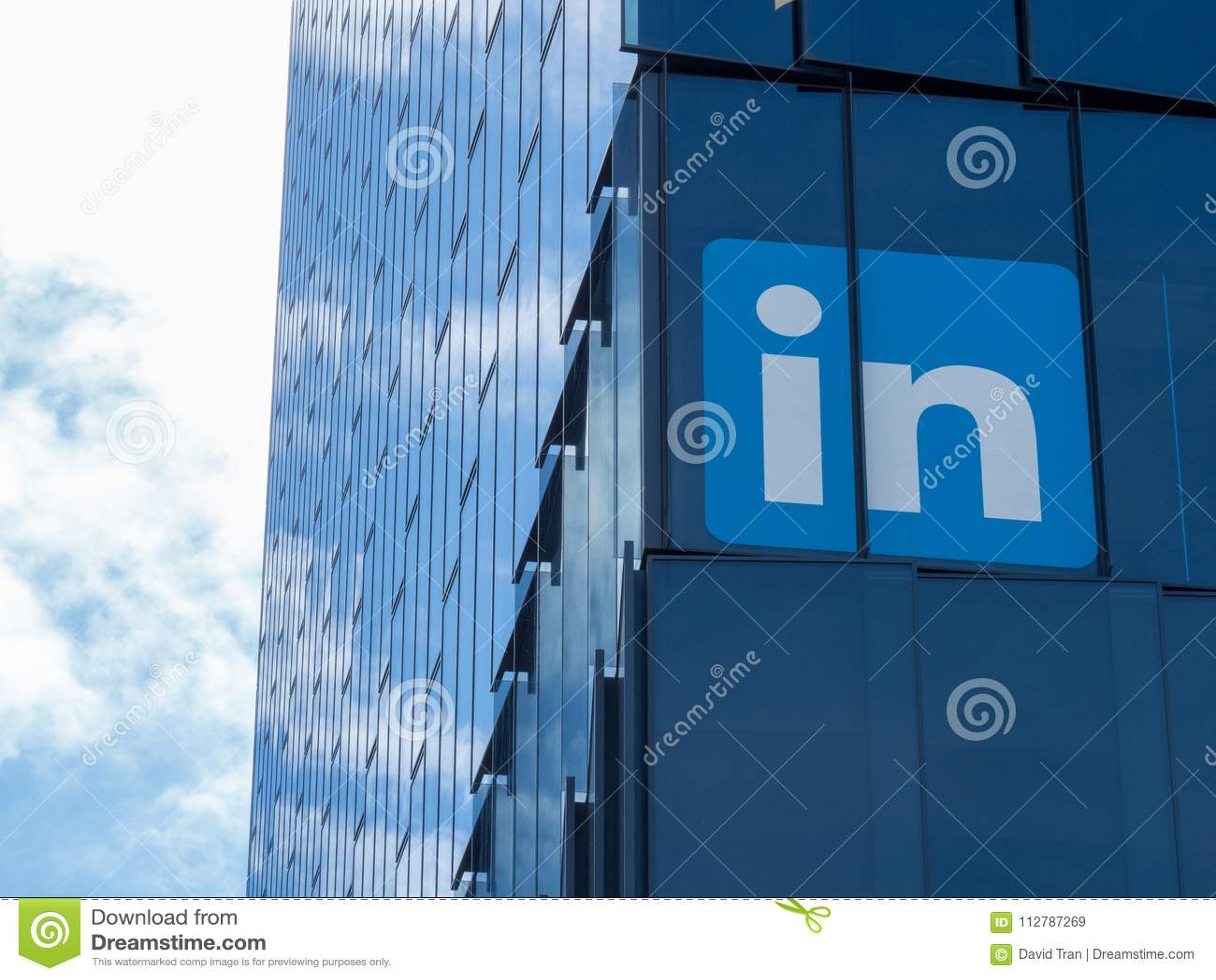 Logo de LinkedIn sur la tour à San Francisco