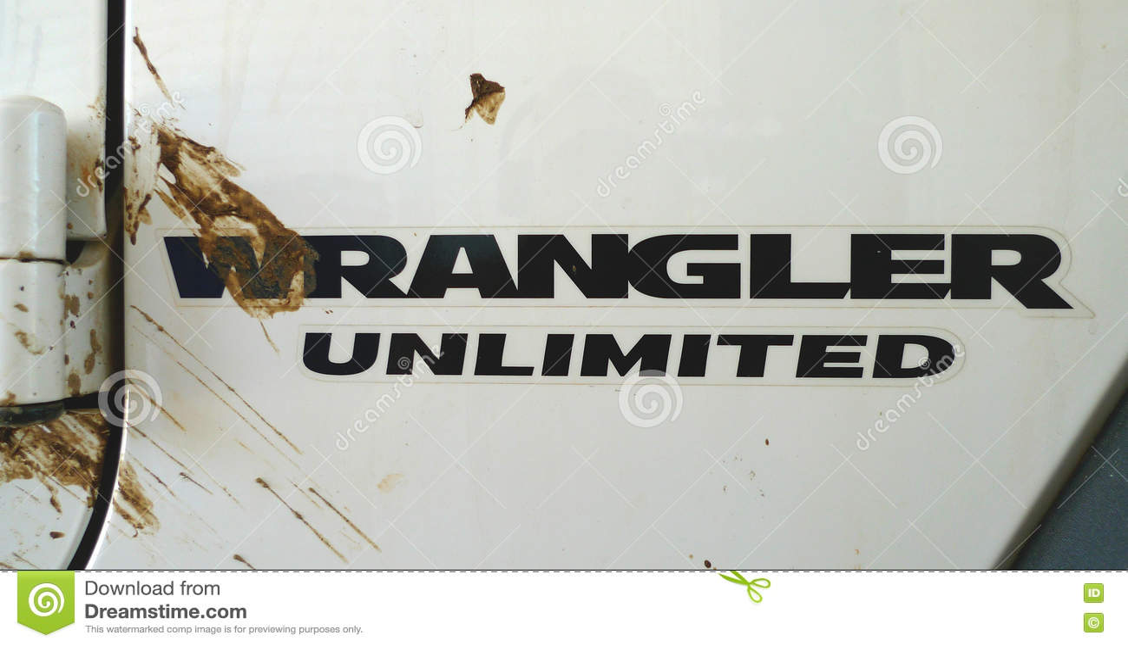 Logo di Jeep Wrangler Unlimited con la spruzzata della sporcizia
