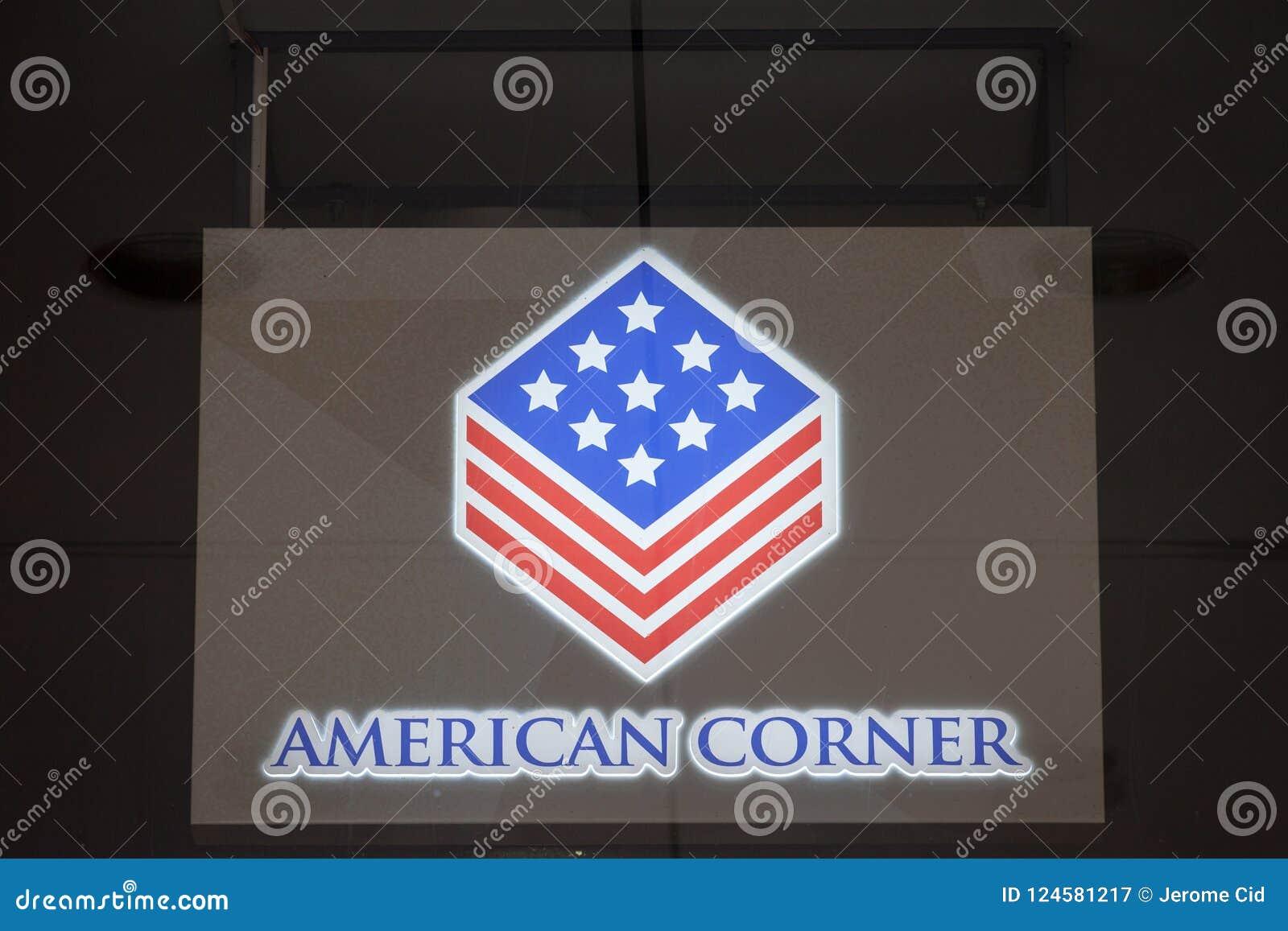 Logo du coin américain de Belgrade sur leur bibliothèque Les coins américains sont les bibliothèques styles américaines ont placé