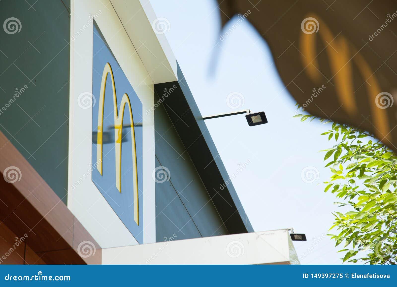 Logo du restaurant d aliments de pr?paration rapide de la lettre M McDonald sur le toit du b?timent dans une grande ville