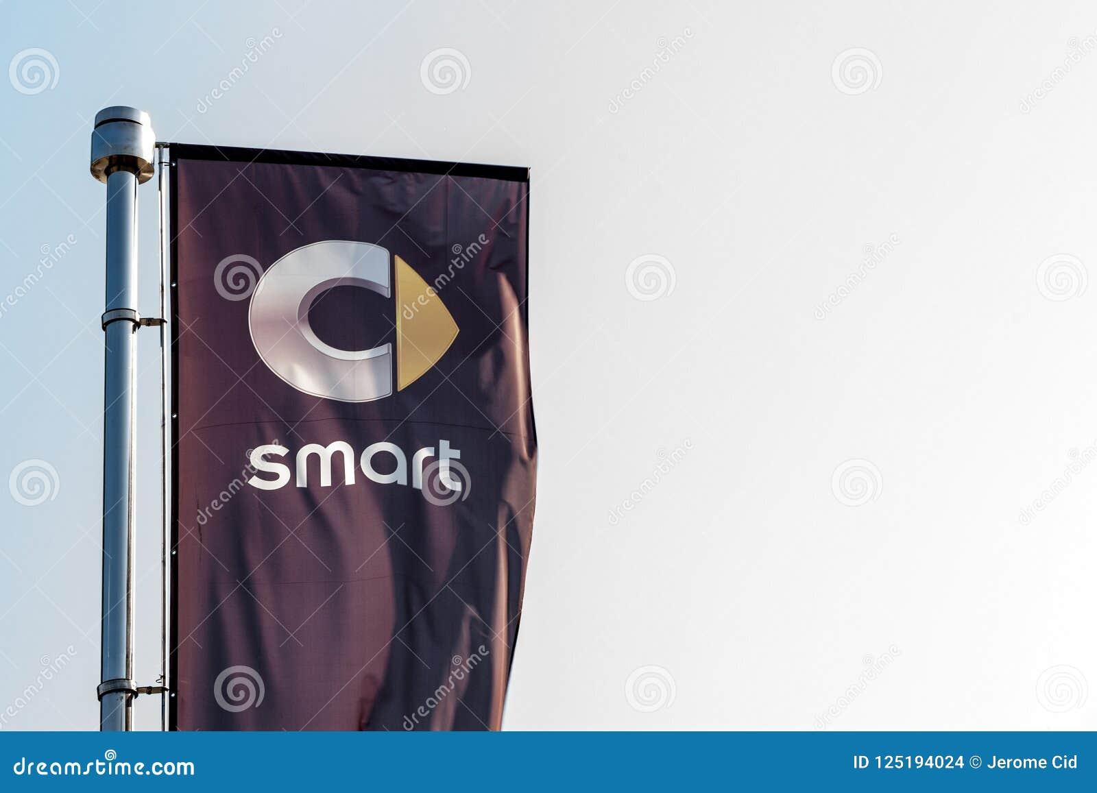 Logo von Smart auf einer Flagge vor seiner Verkaufsstelle für Belgrad Der Teil von Daimler Benz Group, Smart ist eine Marke von m