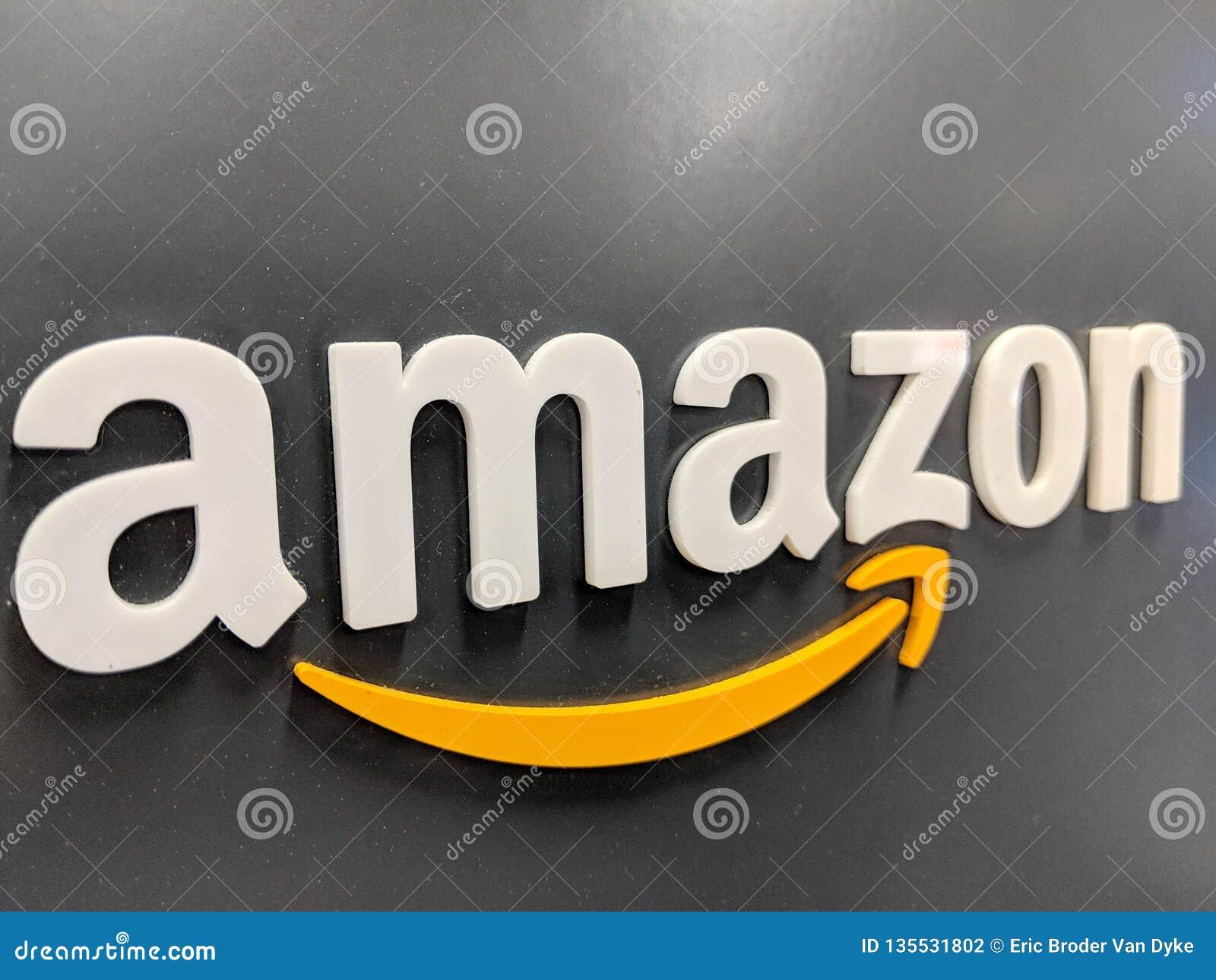 Logotipo das Amazonas na parede brilhante preta na loja de Califórnia Best Buy