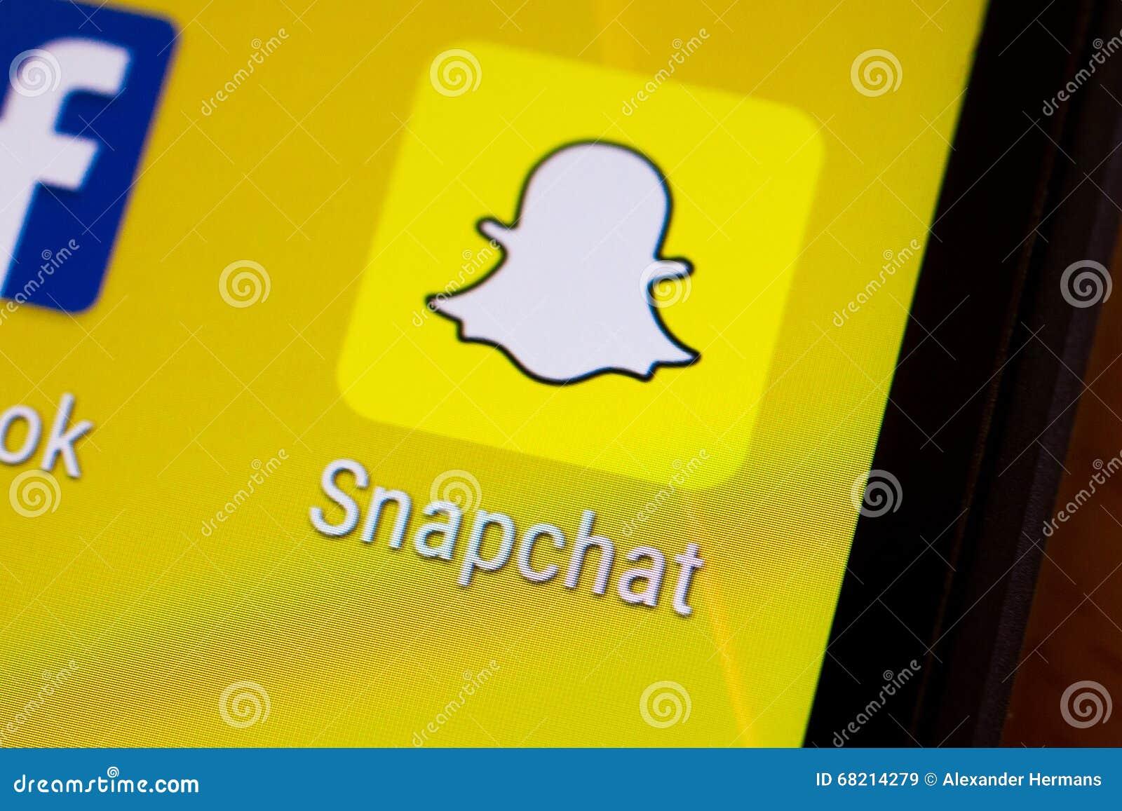 Logotipo de la uña del pulgar del uso de Snapchat en un smartphone androide