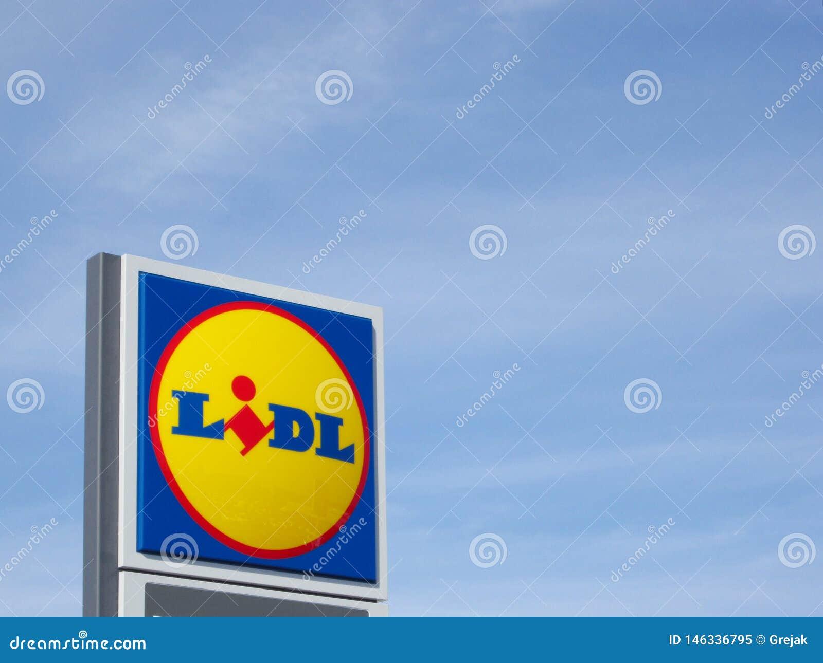 Logotipo de Lidl contra o c?u azul em um supermercado