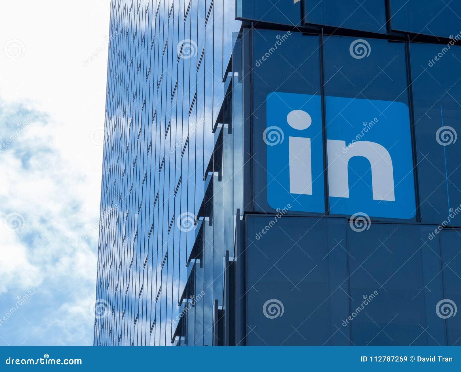 Logotipo de LinkedIn en torre en San Francisco