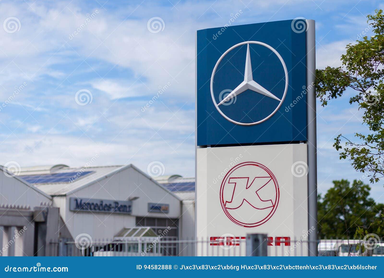 Logotipo de Mercedes-Benz cerca de un taller de trueque