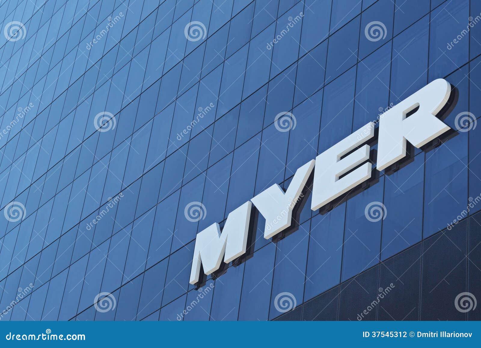 Logotipo de Myer en la pared