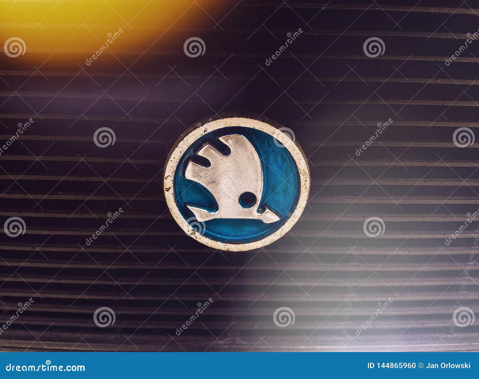 Logotipo de Skoda no carro velho