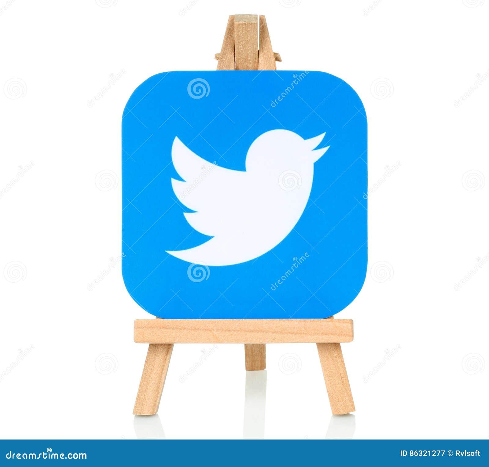 Logotipo de Twitter puesto en el caballete de madera