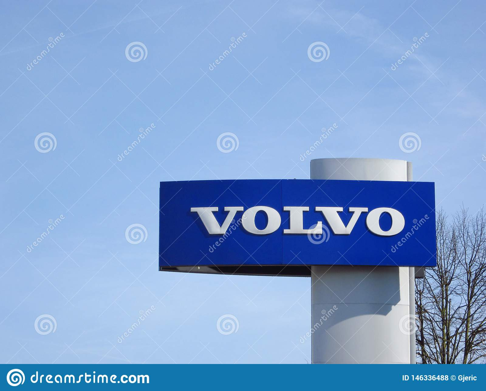 Logotipo de Volvo com c?u azul acima
