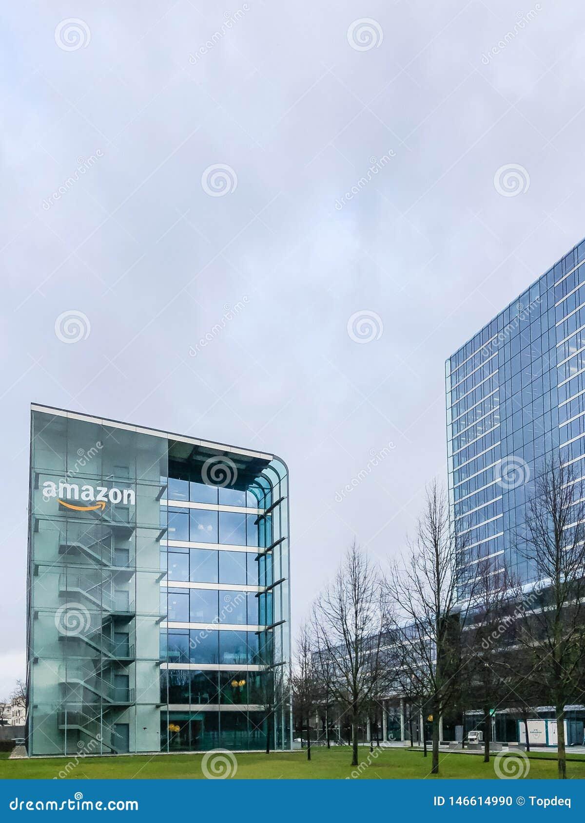 Logotipo del Amazonas en el edificio de oficinas, Munich Alemania