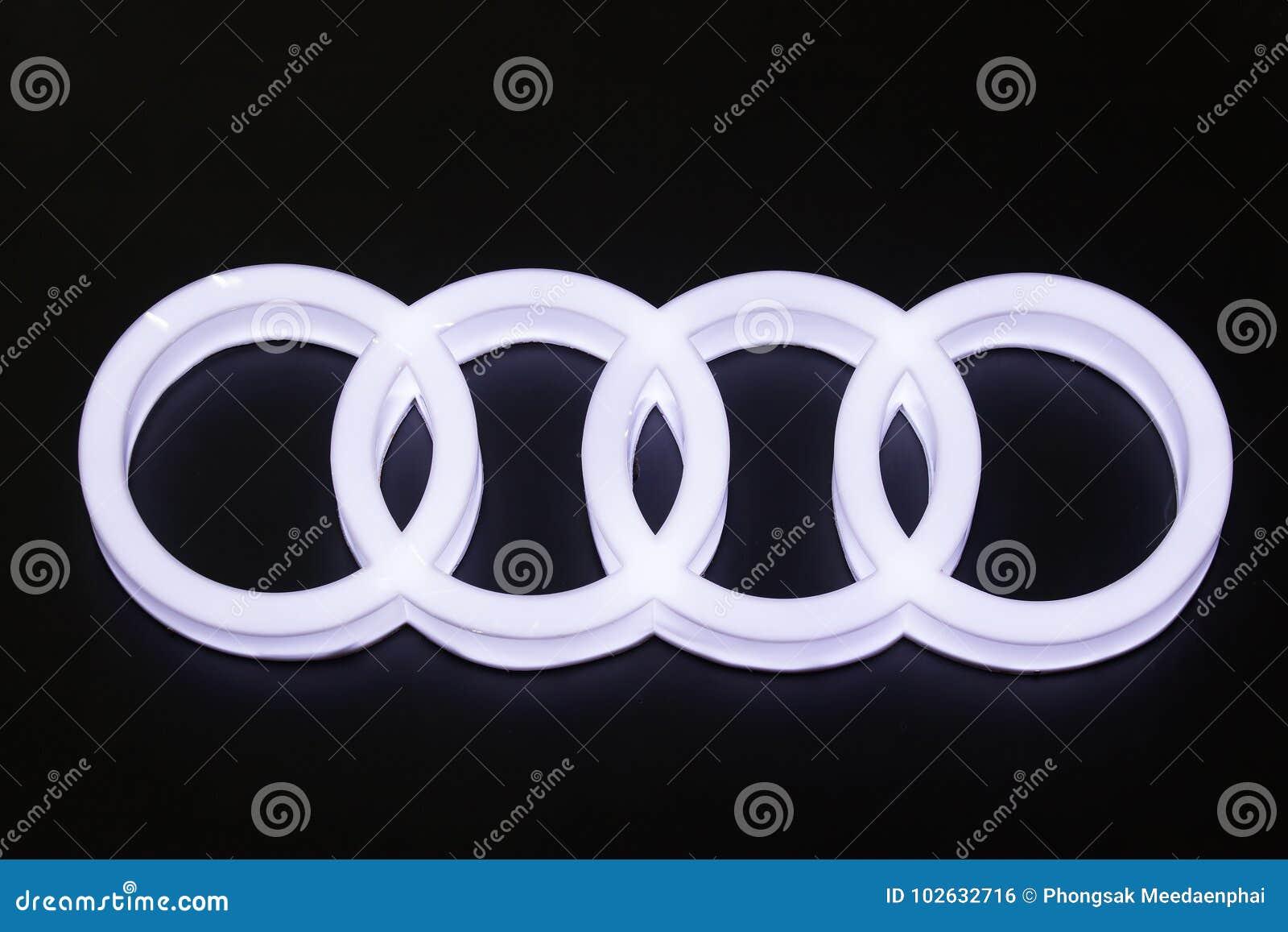 Logotipo del coche de Audi en el salón del automóvil