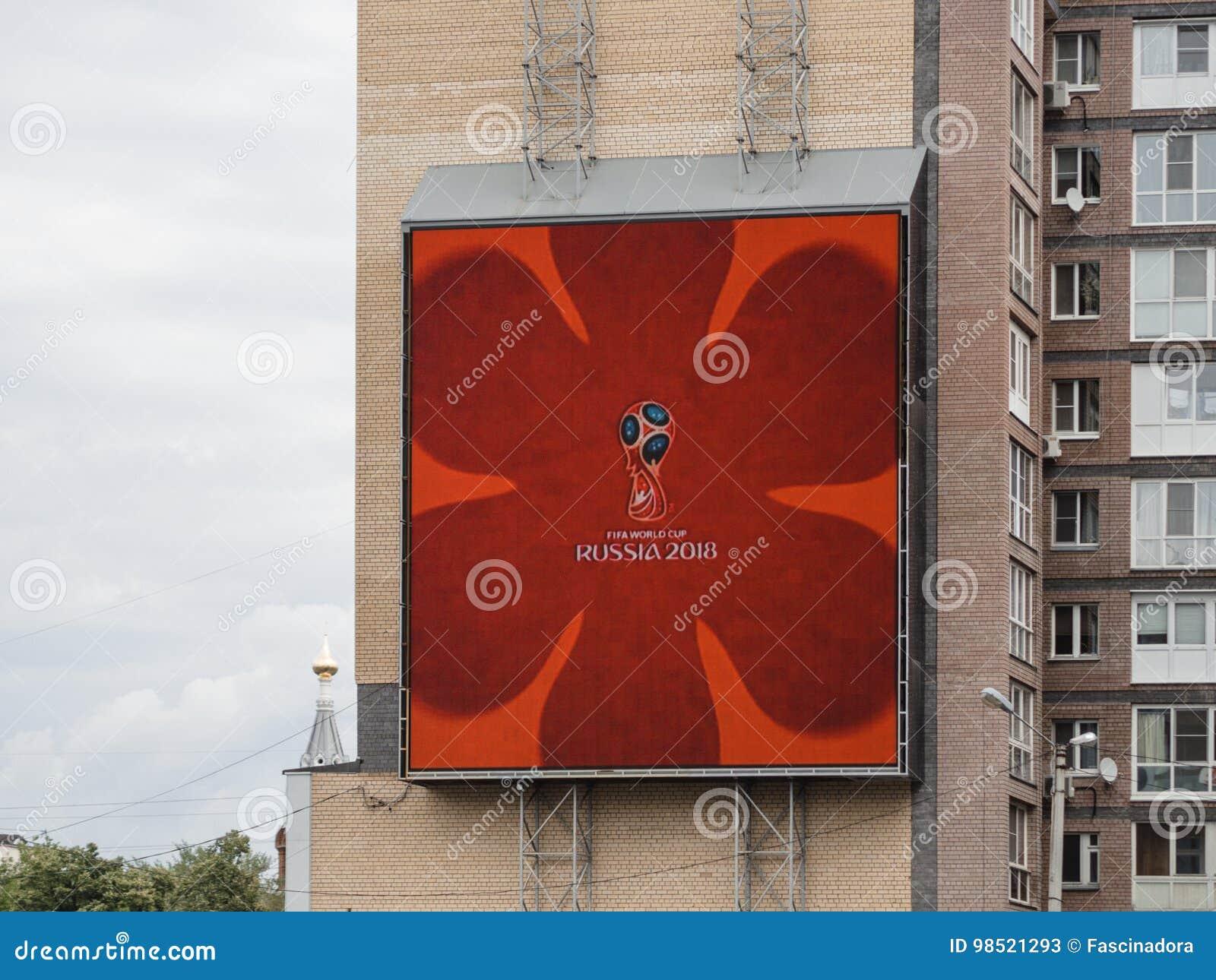 Logotipo do campeonato do mundo 2018 na tela da propaganda exterior em Nizhny Novgorod