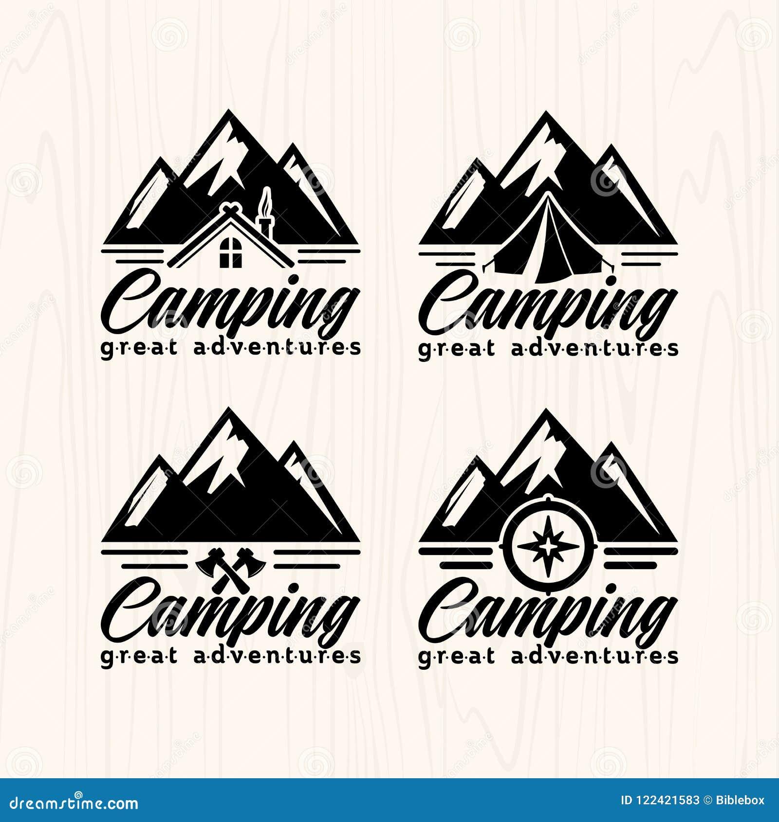 Logotipos e etiquetas dos crachás do acampamento de verão para algum uso, na textura de madeira do fundo