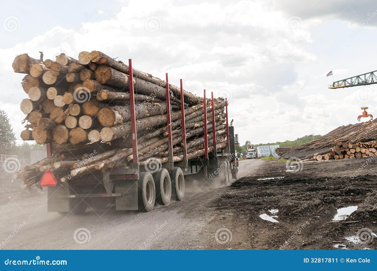 Logs de registro do caminhão no moinho