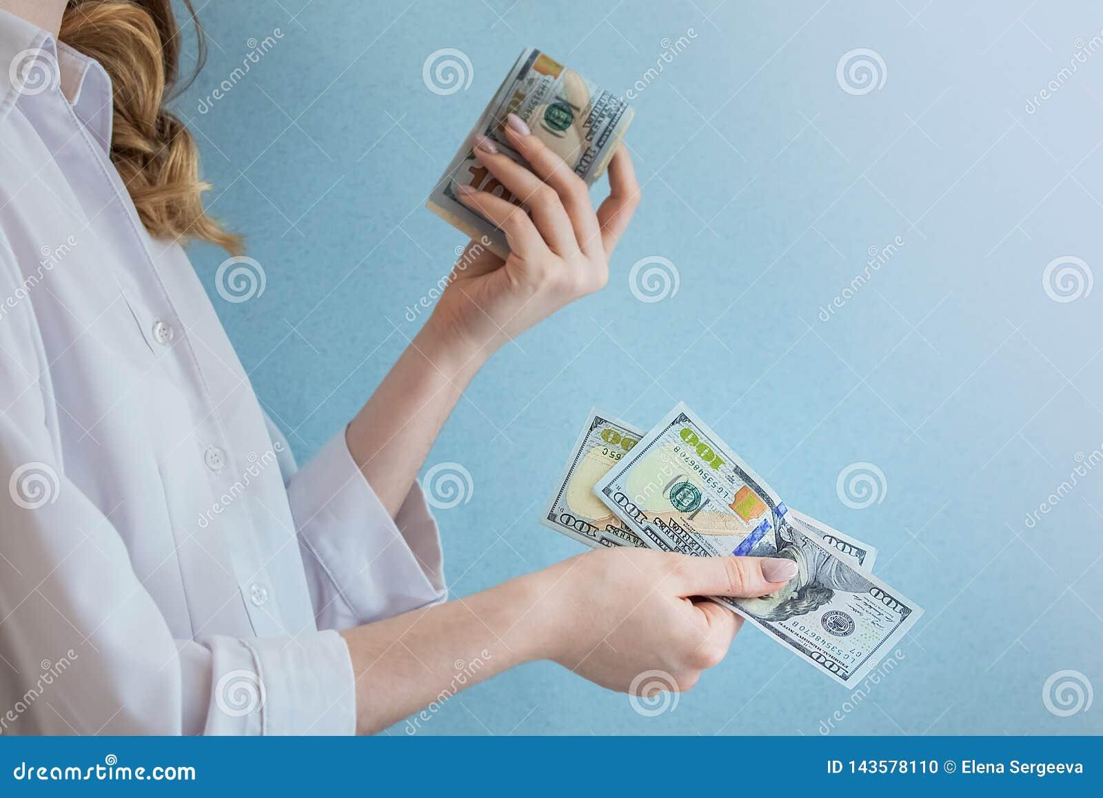 Lohndollar in den weiblichen Händen