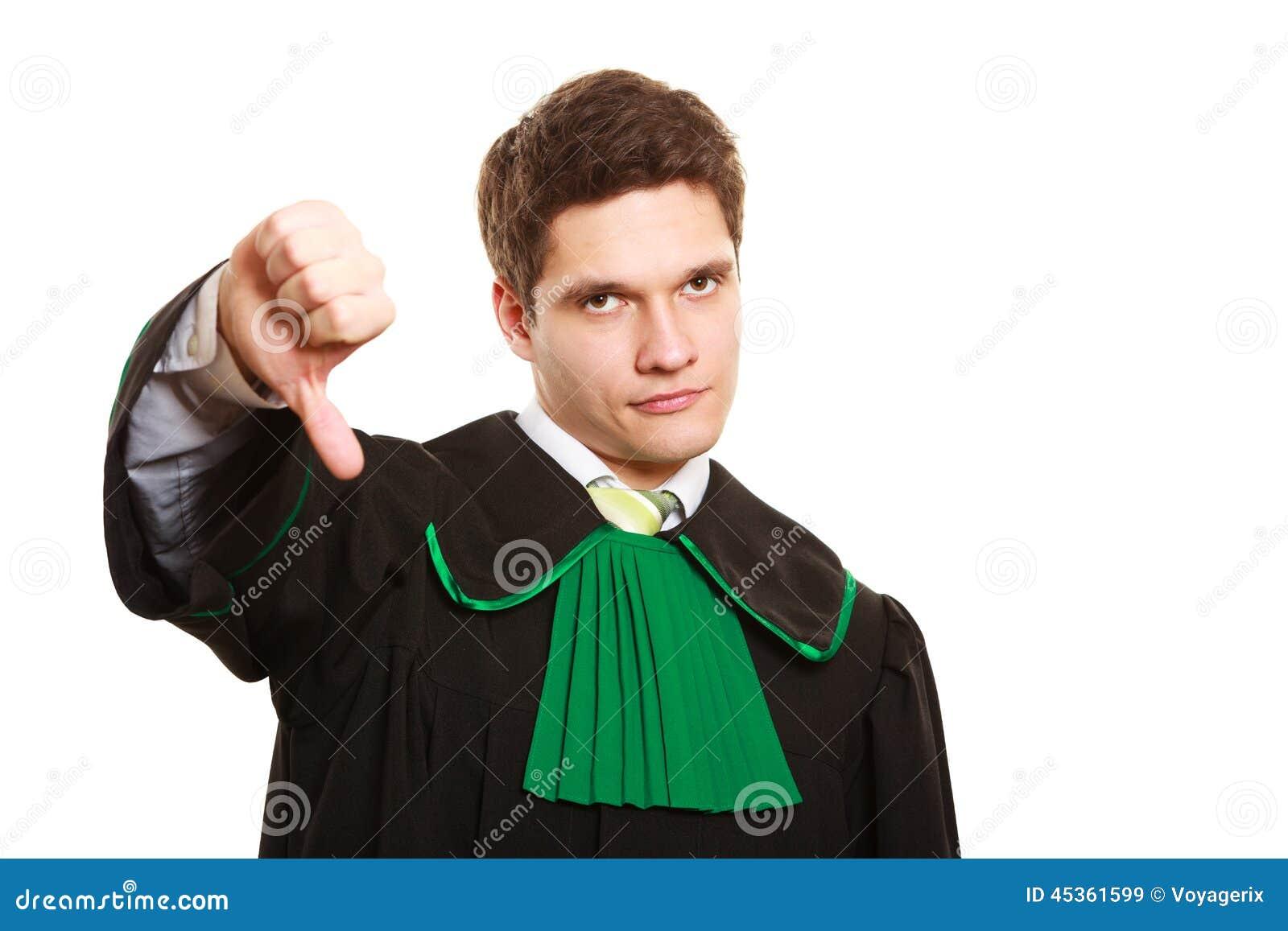 Loi Équipez l avocat dans la robe polonaise montrant le pouce vers le bas