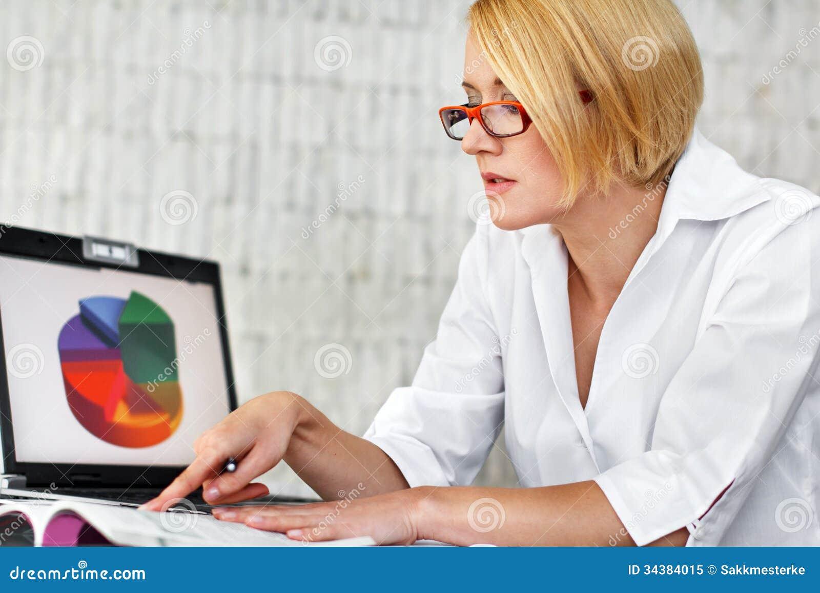 Lois blondes de lecture de femme d affaires