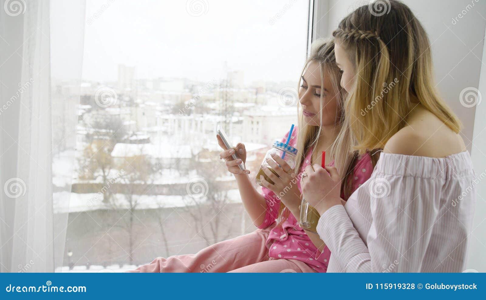 Loisirs d ami de lecture rapide de smartphone de mode de vie de la jeunesse