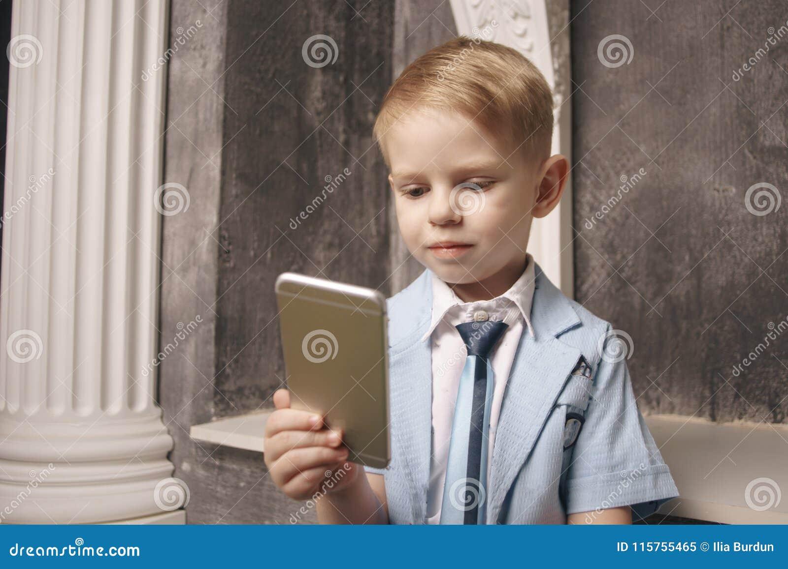 Loisirs, enfants, technologie, communication d Internet et concept de personnes - garçon de sourire avec le message textuel de sm