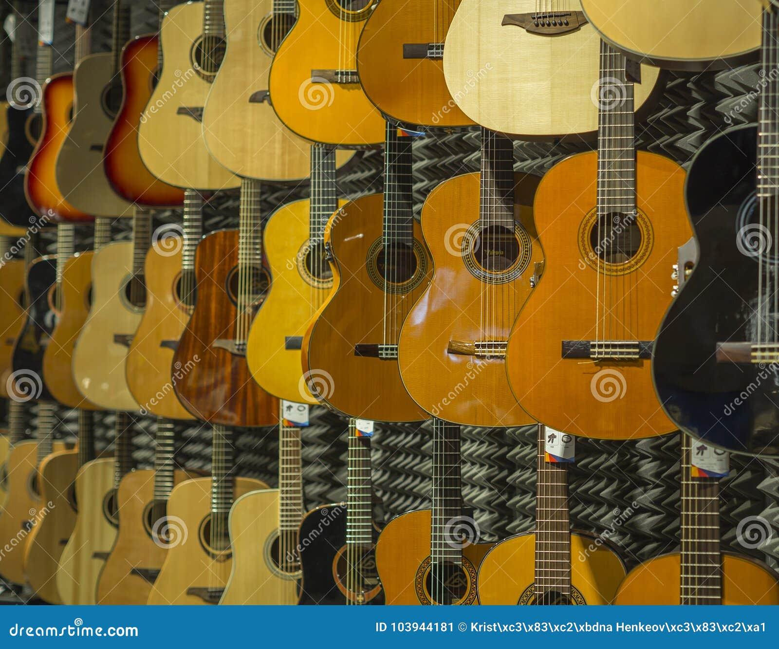 Loja clássica da música de fundo da guitarra acústica com muitos guitarra