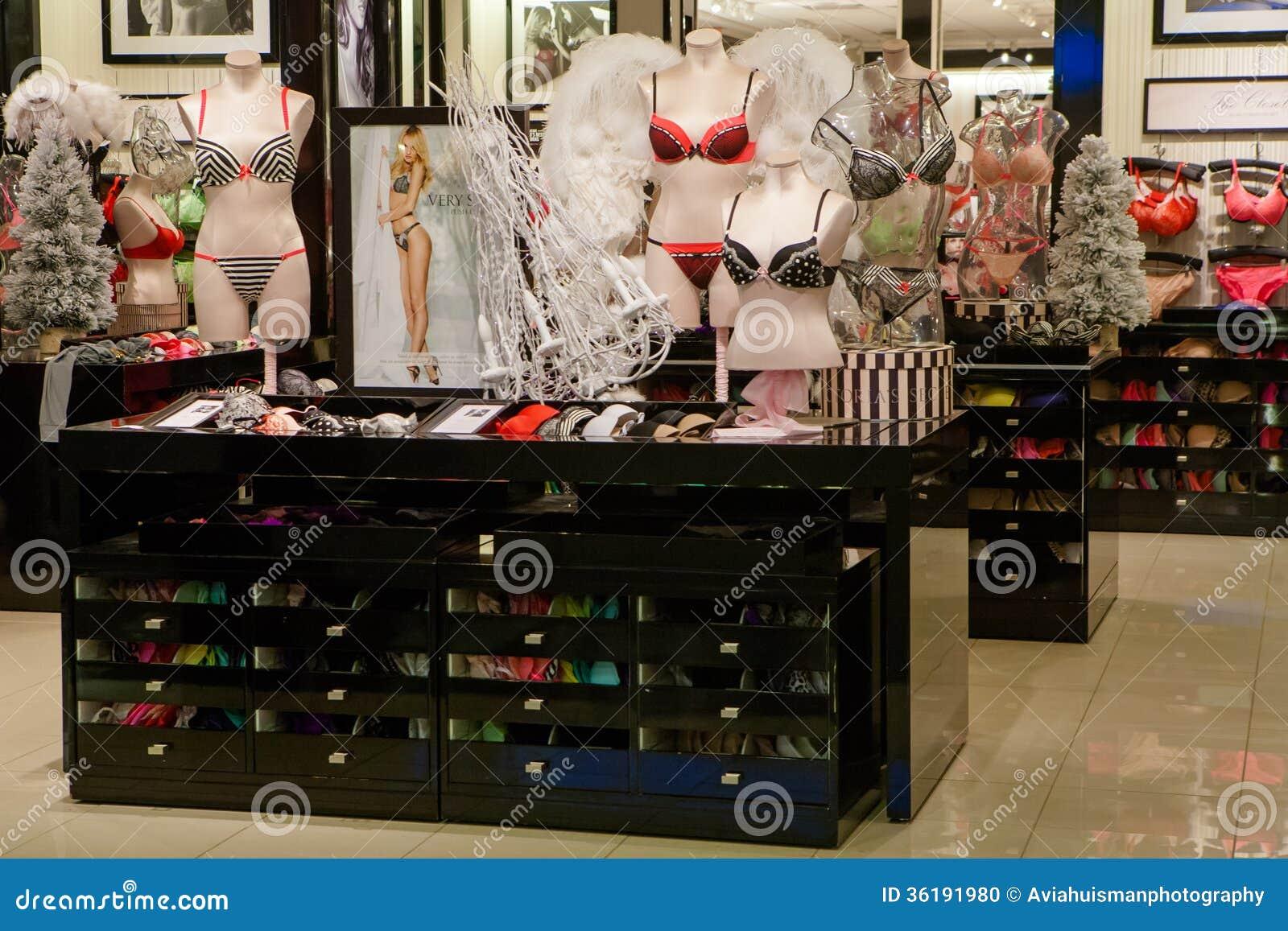 e8ea267459 Uma loja da roupa interior de Victoria s Secret em um shopping. Estas lojas  são populares e levam artigos tais como o perfume
