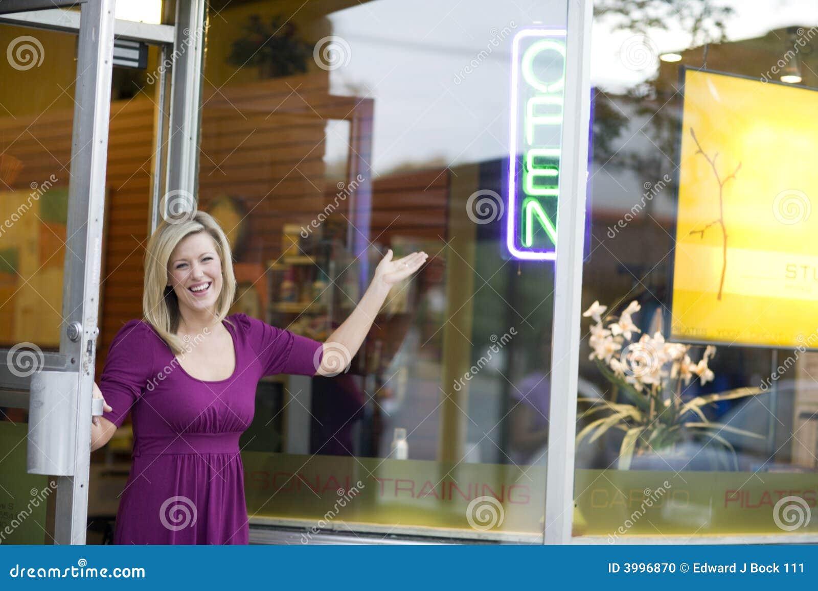 Loja de abertura do proprietário empresarial