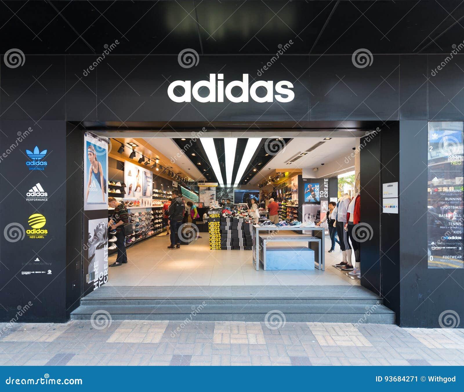 e5717684d0129 HONG KONG - 20 DE MARÇO DE 2017  A fachada da loja de Adidas em Tsim Sha  Tsui Adidas AG é um corporaçõ alemão