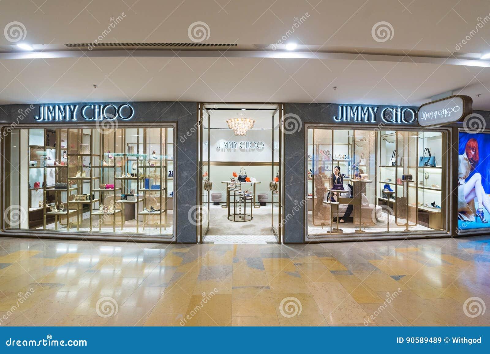 2f4a0857c49 HONG KONG - 17 DE MARÇO DE 2017  Uma loja de Jimmy Choo no shopping  pacífico do lugar Jimmy Choo é uma casa de alta-costura britânica que  especializa-se nas ...