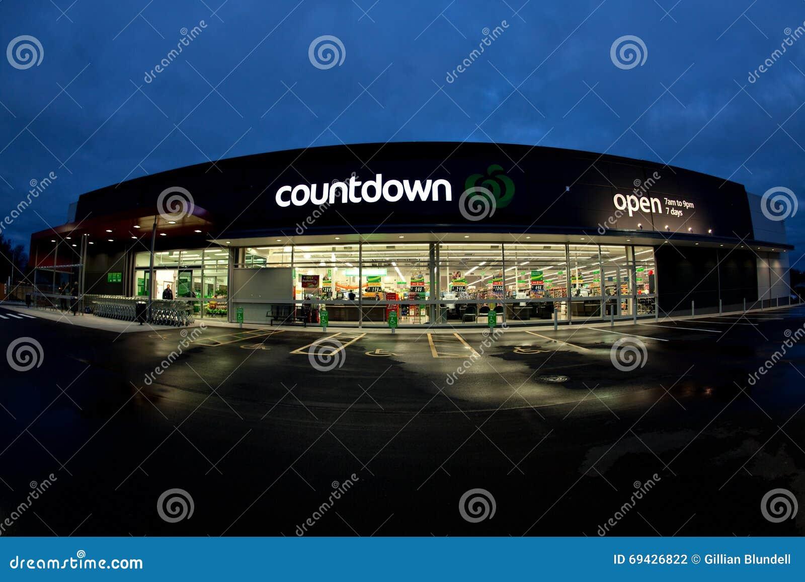 A loja e o logotipo da contagem regressiva iluminaram-se acima na noite