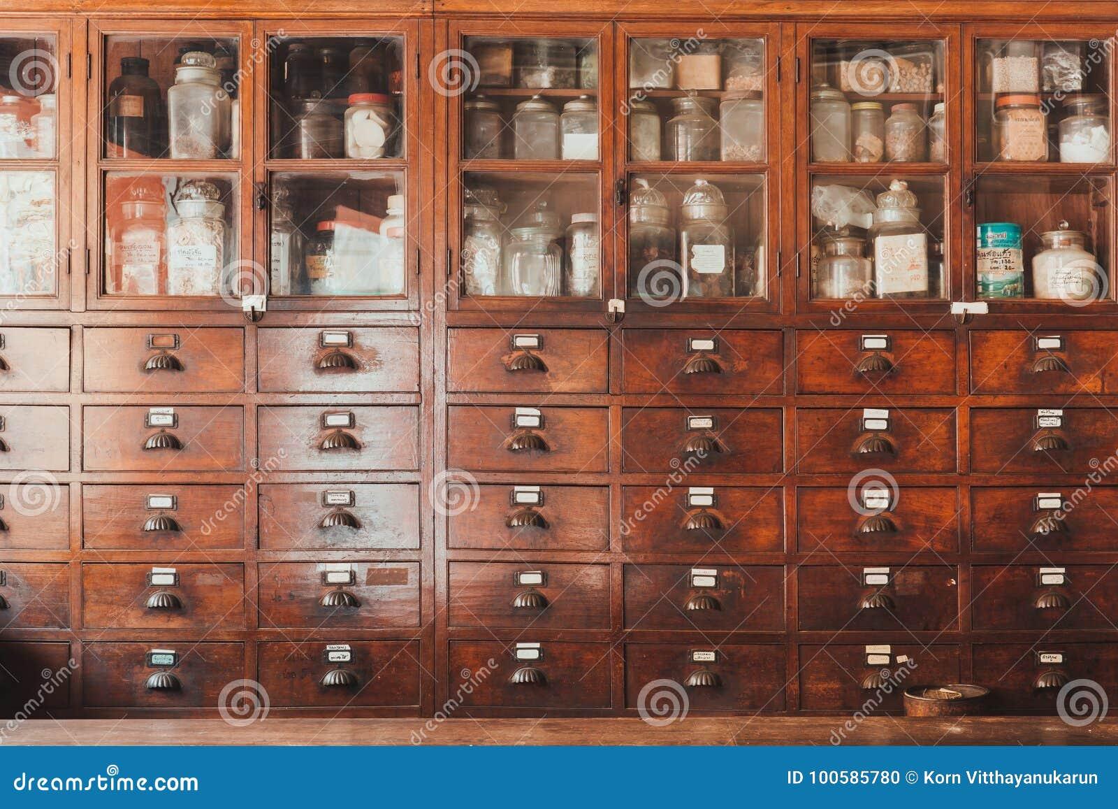 A loja erval ou a loja chinesa da erva secaram o armário antigo de madeira