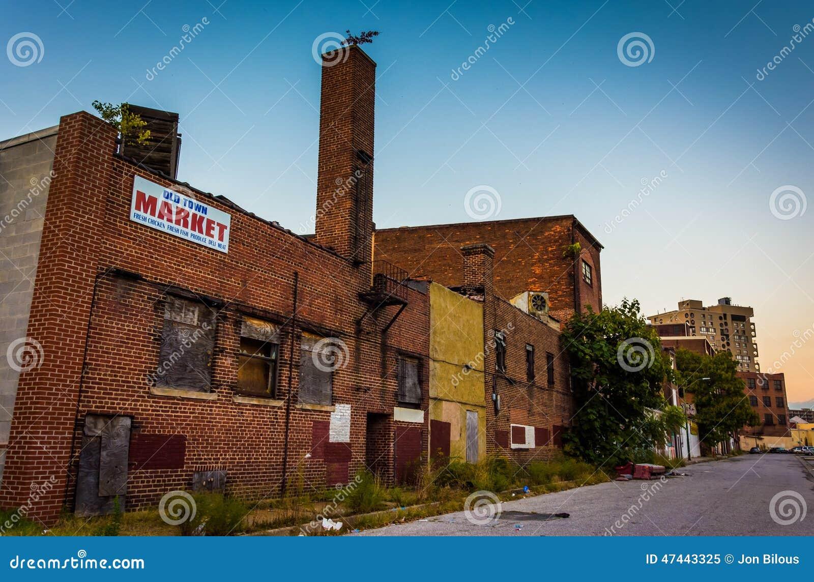 Lojas abandonadas na alameda velha da cidade, em Baltimore, Maryland