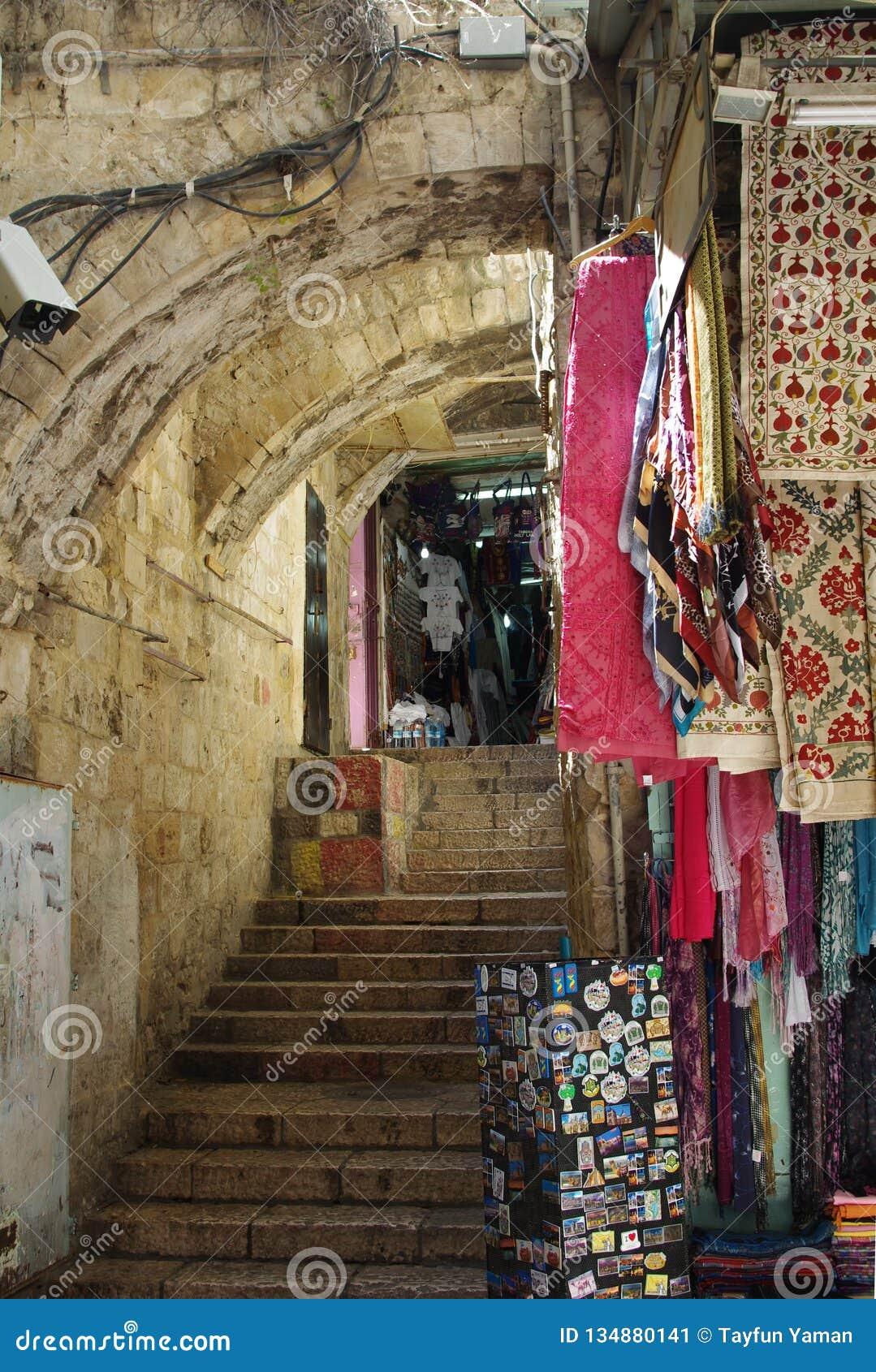 Lojas de lembrança que vendem bens tradicionais no Jerusalém, Israel