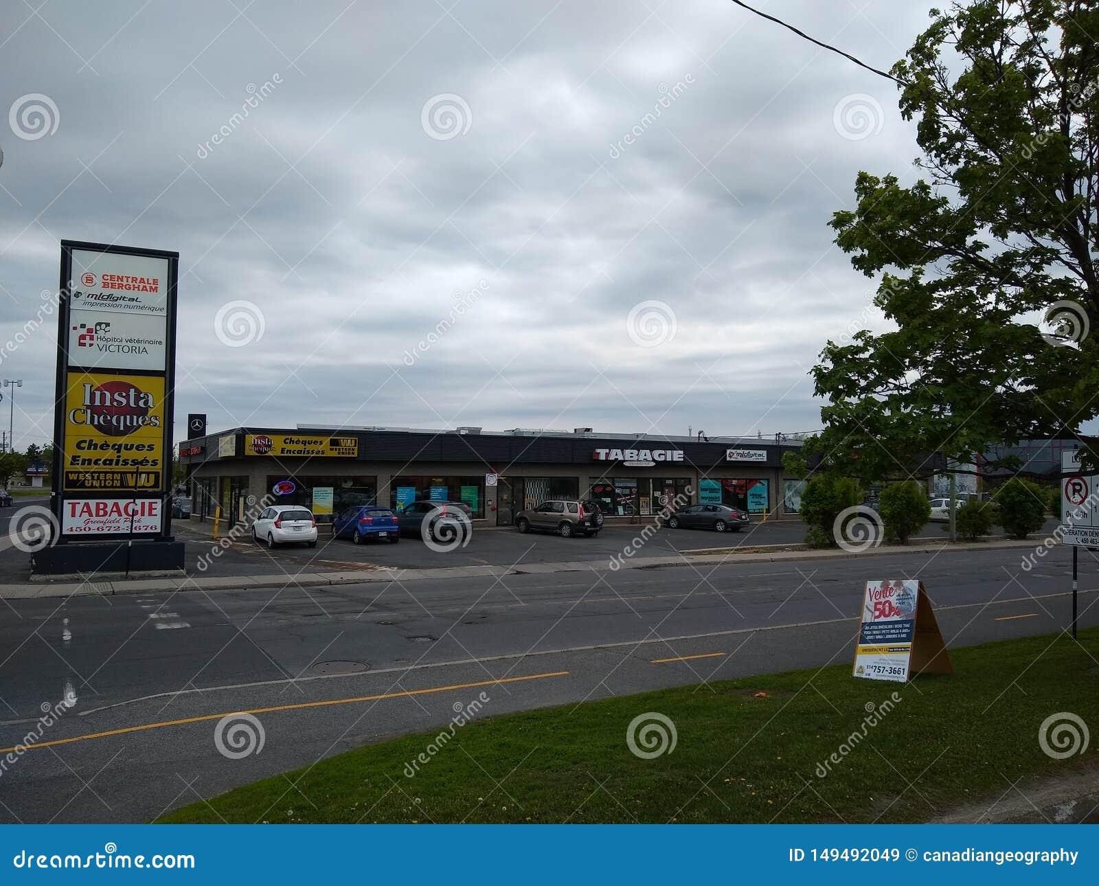 Lojas vistas através da rua no parque do Greenfield, Longueuil, Quebeque, Canadá