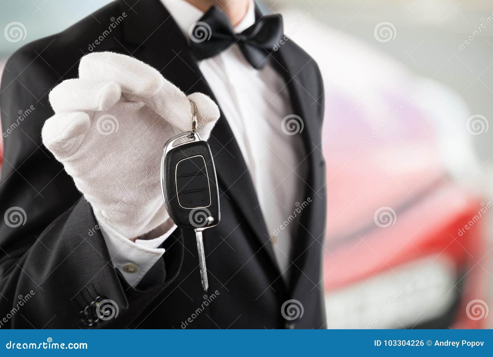 Lokaj chłopiec Trzyma Samochodowego klucz