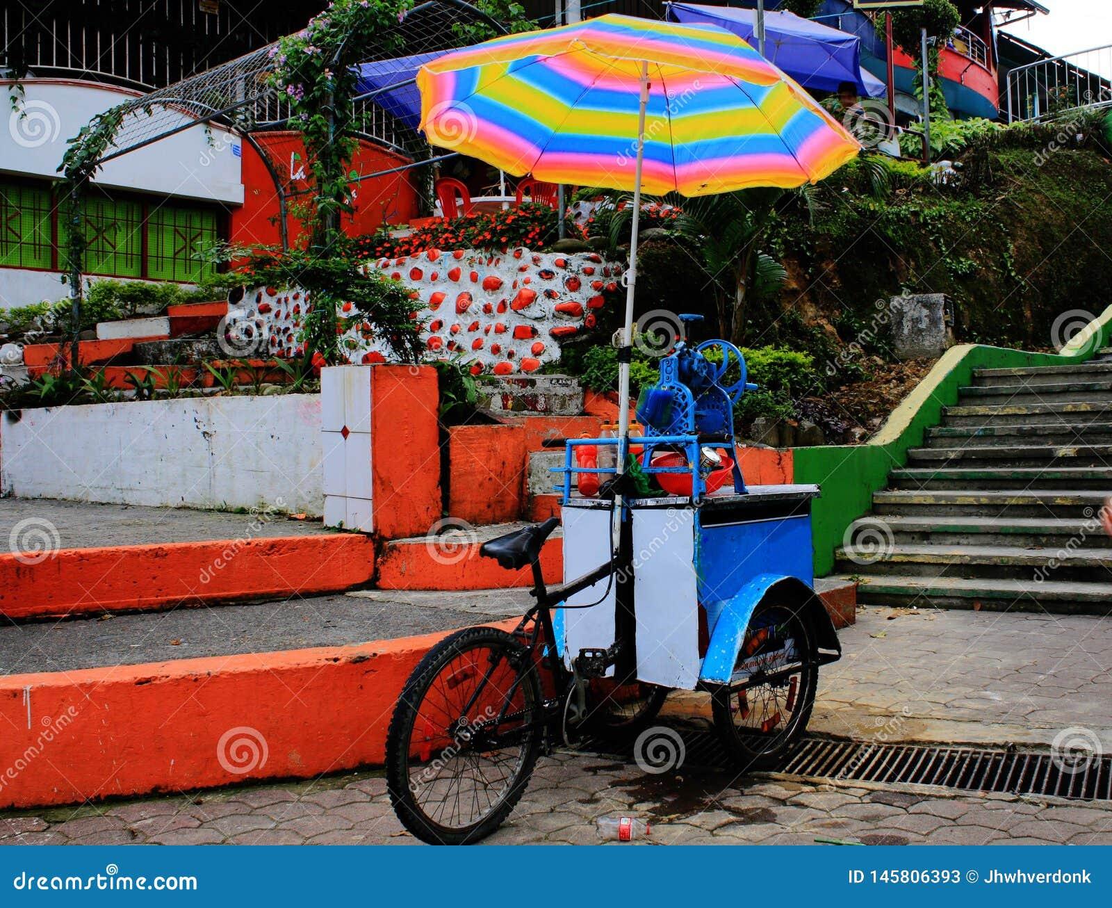 Lokale kleine winkel op een fiets verkopende drank onder een heldere en kleurrijke paraplu in Zuid-Amerika