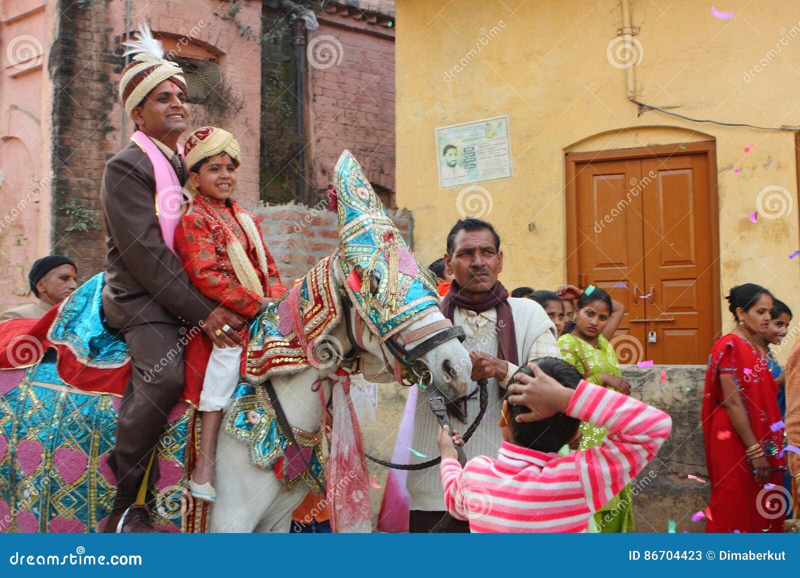 Lokale Leute Während Der Traditionellen Indischen Hindischen ...