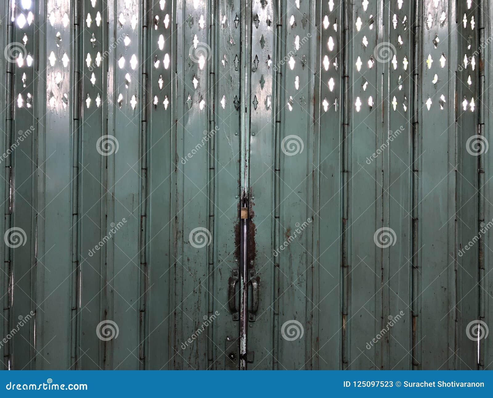 Lokale uitstekende Aziatische staal groene deur van binnenuit de bouw