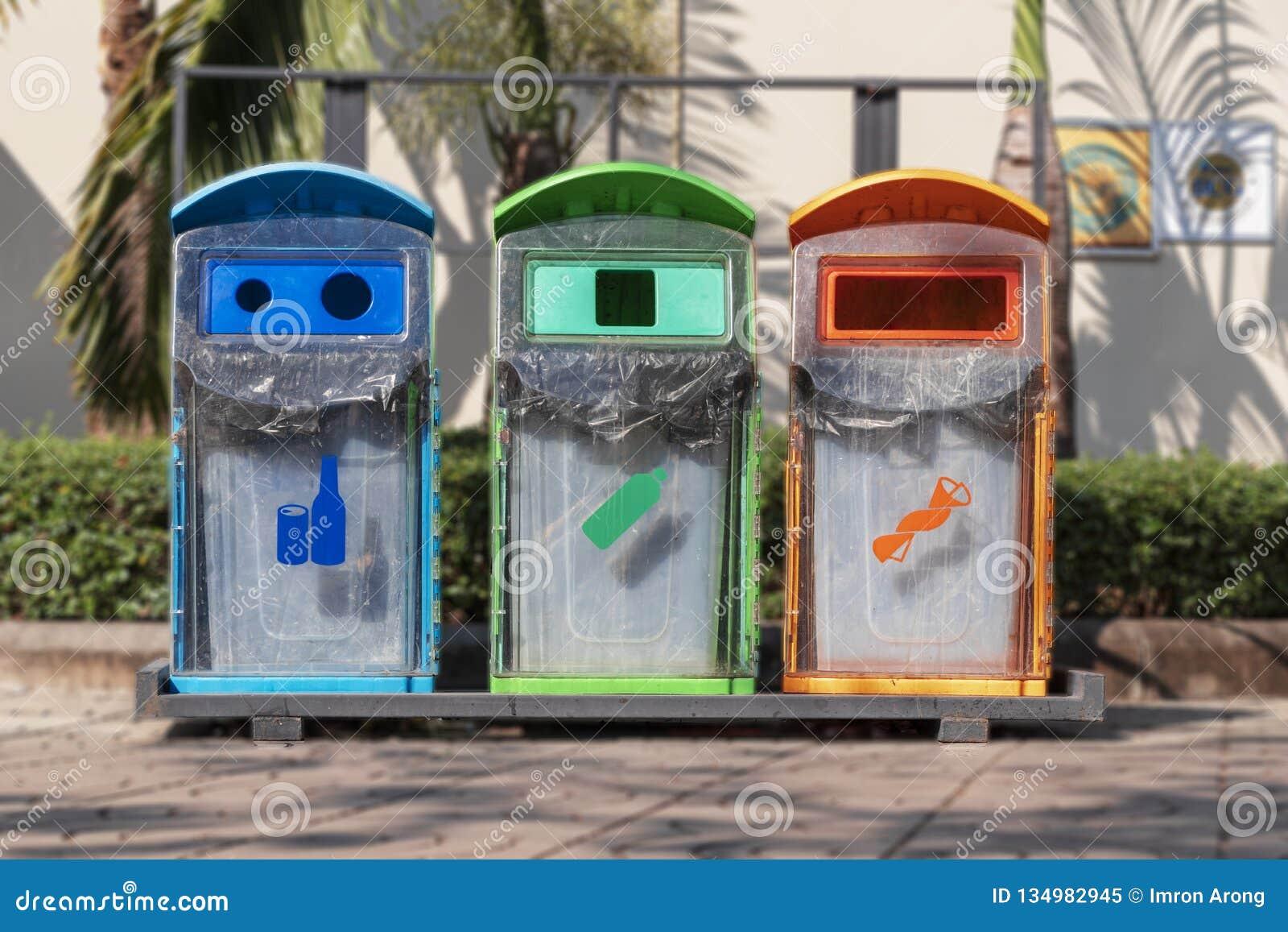 Lokaliserade offentligt ställen för Tre-färg avfallfack