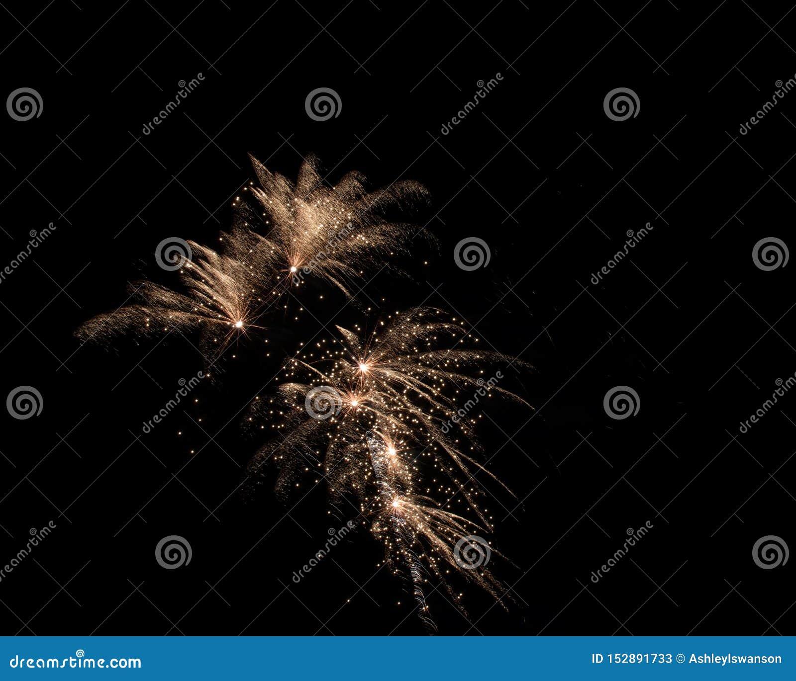 Lokalisierte Feuerwerke auf einem schwarzen Hintergrund