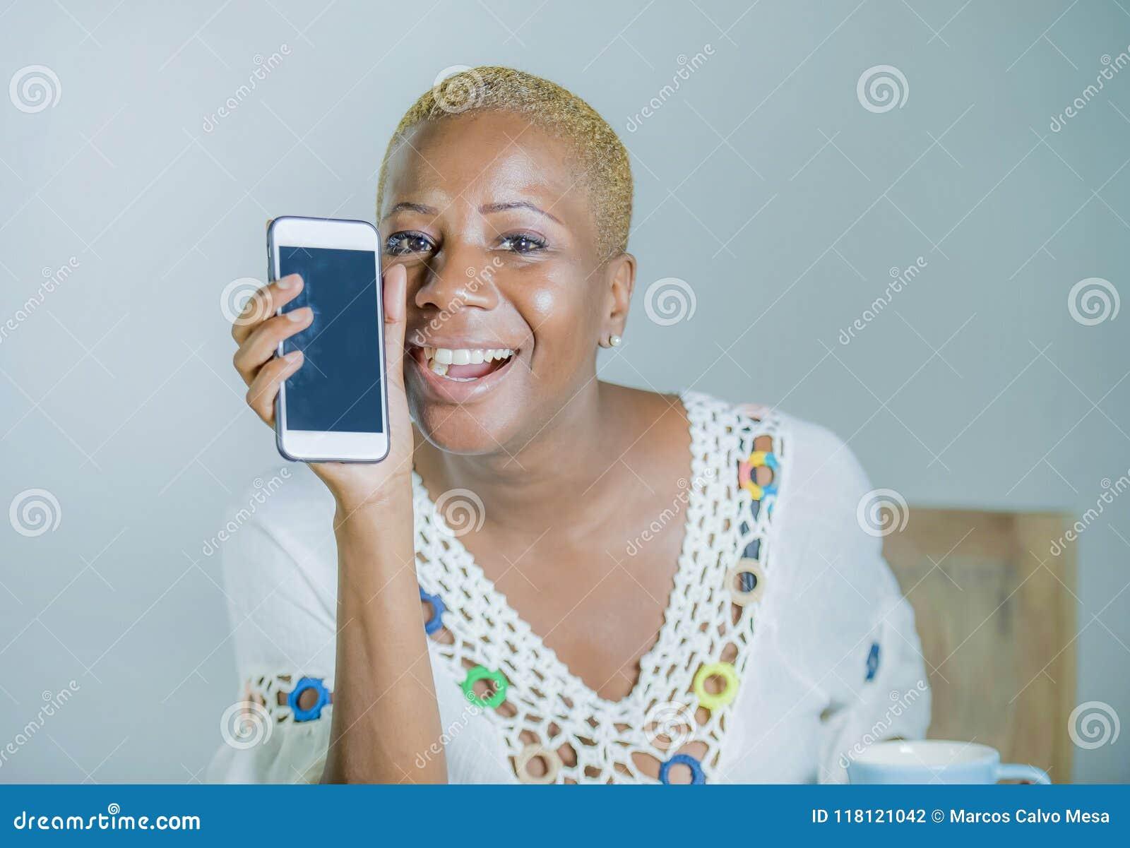 Lokalisierte junge attraktive und glückliche schwarze afroe-amerikanisch Frau ho