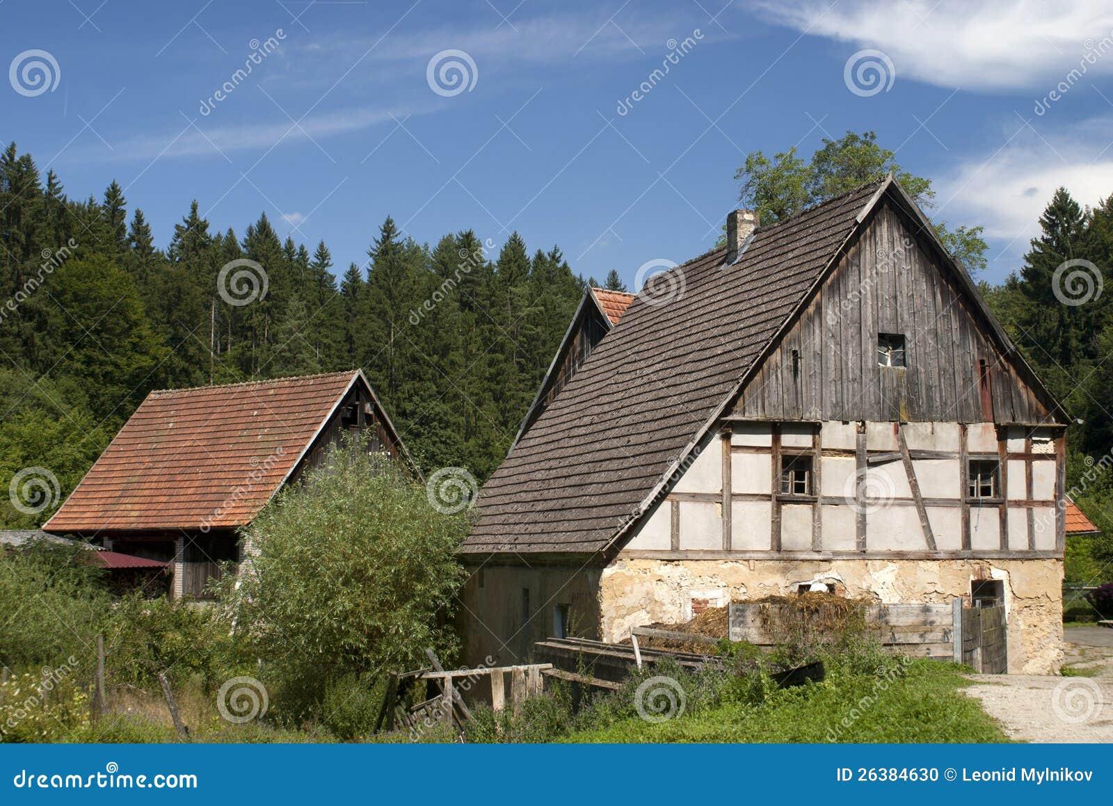Lokalisierter Bauernhof im Wald